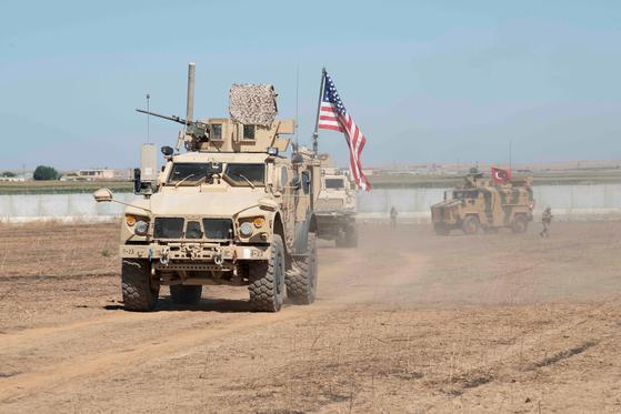 지난달 8일 미군과 터키군이 시리아 북부에서 공동순찰을 돌고 있다. [로이터=연합뉴스]