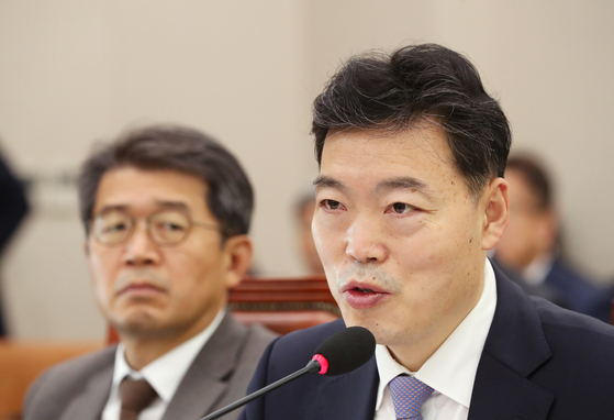김오수 법무부 차관이 15일 국회에서 열린 법제사법위원회 국정감사에서 의원 질의에 답하고 있다. [연합뉴스]