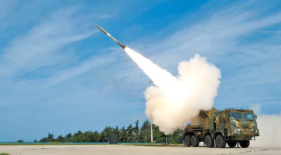 빠른 재장전을 자랑하는 다연장 로켓포 '천무'의 발사 모습.
