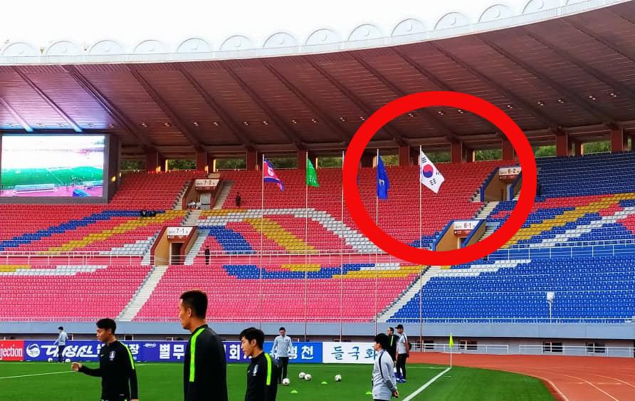 15일 북한 평양 김일성경기장에서 열린 2022년 카타르월드컵 아시아 예선 한국과 북한의 경기에서 한국 대표팀 선수들이 경기 시작 전 워밍업을 하고 있다. [사진 대한축구협회]