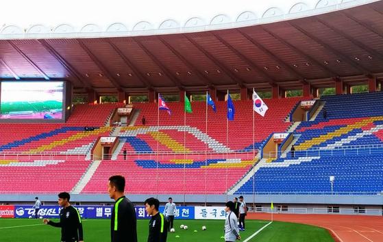 킥오프 30분 전까지도 관중석이 텅 비어 있는 김일성 경기장. 결국 관중 입장 없이 잔니 인판티노 FIFA 회장 을 비롯한 축구 관계자 일부만 입장한 가운데 경기가 시작됐다. [사진 대한축구협회]