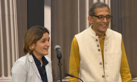 아브히지트 바네르지(오른쪽)·에스테르 뒤플로 MIT 교수가 14일(현지시간) 노벨경제학상을 받은 뒤 기자회견을 하고 있다. [사진 유튜브]