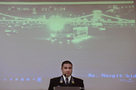 15일(현지시간) 헝가리 부다페스트 언드리안 팔 부국장이 다뉴브강에서 발생한 허블레아니호 사고에 대한 경찰에 조사 결과를 발표하고 있다. [AP=연합뉴스]