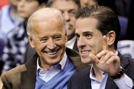 조 바이든(왼쪽) 전 부통령과 아들 헌터 바이든이 2010년 함께 농구경기를 관람하는 모습. 트럼프 대통령의 탄핵 스캔들에서 헌터 바이든은 핵심 인물로 떠올랐다. [로이터=연합뉴스]