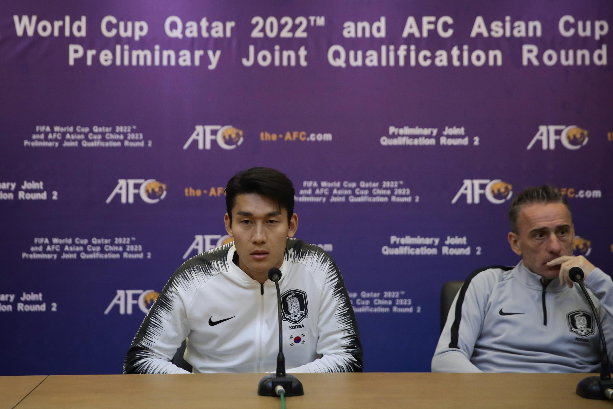한국축구대표팀 벤투(오른쪽) 감독과 수비수 이용(왼쪽)이 14일 평양김일성경기장에서 열린 기자회견에 참석했다. 기자회견 사진과 내용은 한국에는 하루 뒤에야 전해졌다. [사진 대한축구협회]