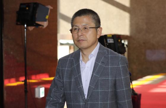 자유한국당 황교안 대표가 15일 오전 비공개 회의에 참석하기 위해 국회 본청 당대표실로 향하고 있다. [연합뉴스]