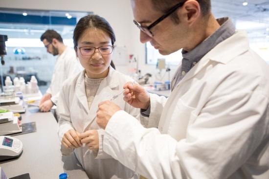 ▲ 에티튜드 공장 내 연구소에서 연구진들이 제품의 품질을 연구하고 있다