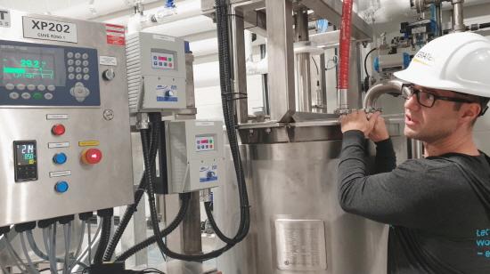 ▲ 에티튜드의 R&D 센터장 한스 드로인(Hans Drouin)이 공장의 생산공정을 확인하고 있다