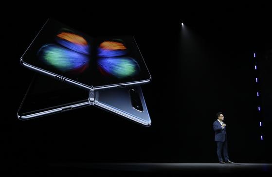지난 2월 20일(현지시간) 미국 캘리포니아주 샌프란시스코의 빌 그레이엄 시빅 오디토리엄에서 열린 '삼성 갤럭시 언팩 2019'에서 삼성전자 IM부문장 고동진 사장이 폴더블 스마트폰 '갤럭시 폴드(Fold)'를 소개하고 있다. 삼성전자는 이날 접었다 펴는 '인피니티 플렉스 디스플레이'를 탑재한 '갤럭시 폴드'를 공개했다. [연합뉴스]