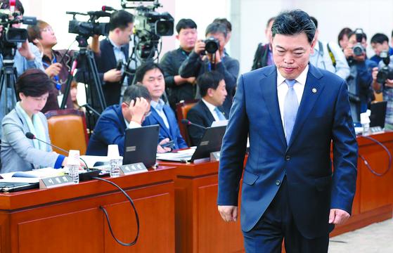 """법무부 국감장에 나온 김오수 차관(오른쪽)이 15일 선서문을 제출한 뒤 자리로 돌아가고 있다. 이날 김 차관은 '동반 사퇴론'에 대해 '공직 생활을 하며 자리에 연연한 적이 없다""""고 말했다. [연합뉴스]"""