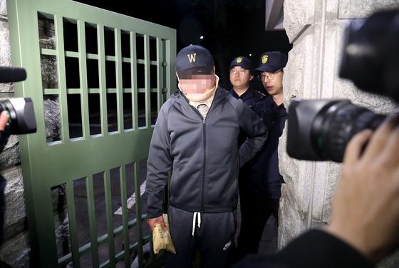 조국 전 법무부 장관 동생 조모씨가 9일 오전 구속영장이 기각되자 대기하고 있던 의왕시 서울구치소를 나서고 있다. [연합뉴스]