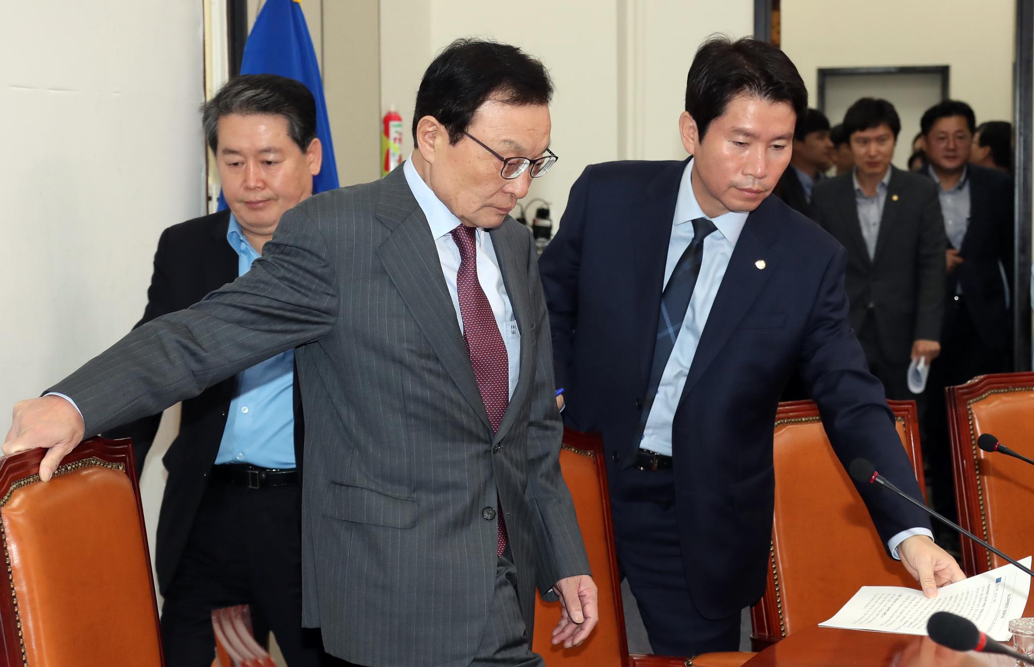 더불어민주당 최고위원회의가 16일 오전 국회에서 열렸다. 이해찬 대표, 이인영 원내대표(왼쪽 둘째부터)가 회의에 참석하고 있다. 변선구 기자
