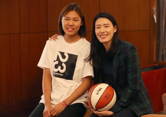 우리은행 2년차 에이스 박지현(왼쪽)과 전주원 코치가 19일 여자 프로농구 개막을 앞두고정상 탈환을 다짐했다. 오종택 기자