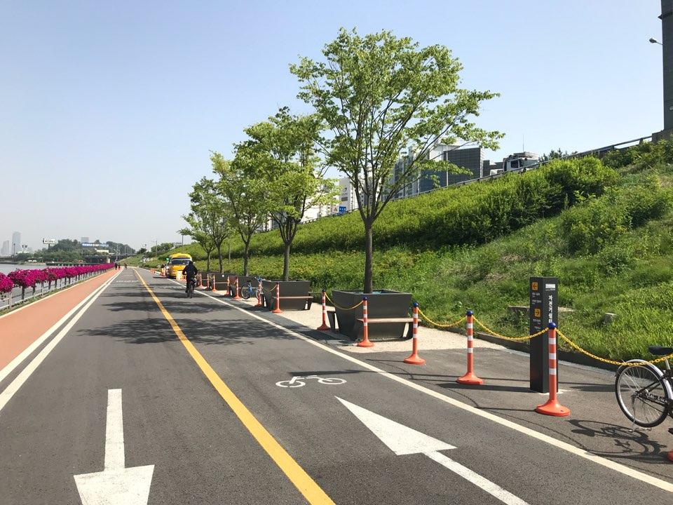 서울 양화한강공원 자전거도로에 설치된 그늘목