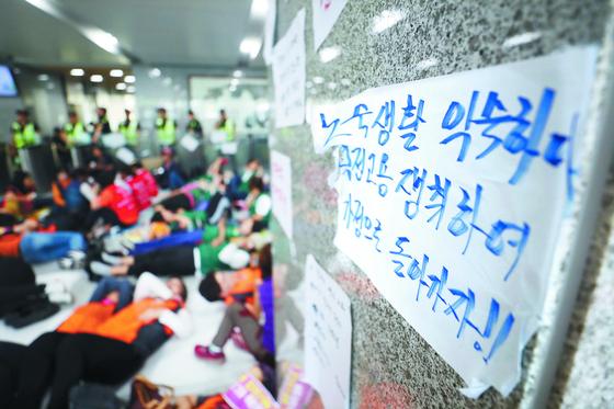 경북 김천 한국도로공사 본관 로비에서 농성 중인 톨게이트 수납원들. 이들은 자회사 행을 거부한 채 본사 직접 고용을 요구하며 지난달 9일부터 점거 농성을 벌이고 있다. [연합뉴스]