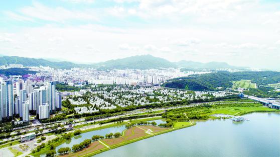 국내에서 집값이 가장 비싸고 재건축이 활발한 서울 서초구 반포동 일대. 정부가 민간택지 분양가상한제를 시행하면 상한제 지역으로 지정될 가능성이 크다.