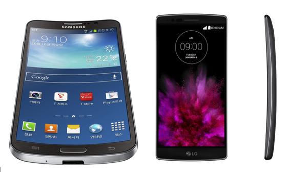 삼성전자가 2013년 출시한 갤럭시 라운드(왼쪽), LG전자가 2014년 출시한 G플렉스
