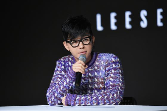 30년 전 데뷔일(10월 15일)에 맞춰 새 앨범을 발표한 가수 이승환. [사진 드림팩토리]