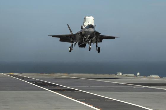F-35B가 영국 해군의 항공모함인 퀸엘리자베스함에 .수직착륙하고 있다 영국에선 F-35B는 공군 소속이다. [EPA=연합]