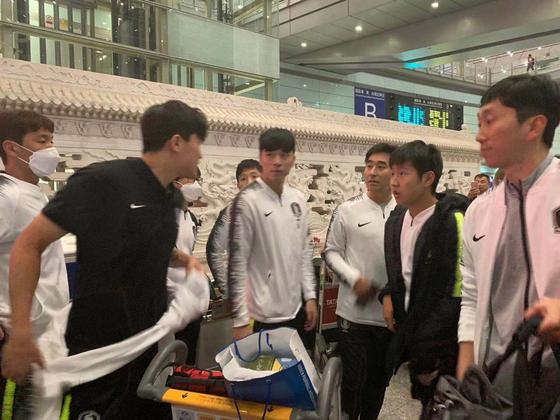 북한 평양에서 월드컵 2차예선을 치른 김민재(검은색 옷), 이강인 (오른쪽 두 번째) 등 축구국가대표팀이 16일 오후 중국 베이징 서우두 공항에 도착했다. [베이징=신경진 특파원]
