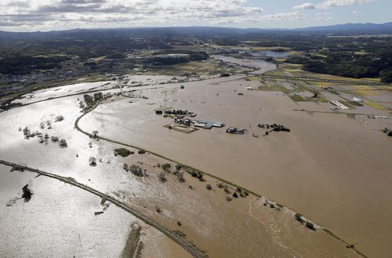 아부쿠마강의 제방 붕괴로 큰 피해를 입은 후쿠시마현 지역의 모습. [로이터=연합뉴스]