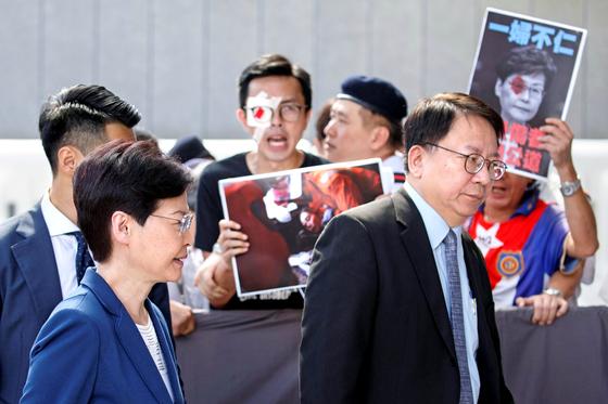 캐리 람 홍콩 행정장관이 지난 8월 집무실로 이동하던 중 시민들의 항의를 받고 있다. [로이터]