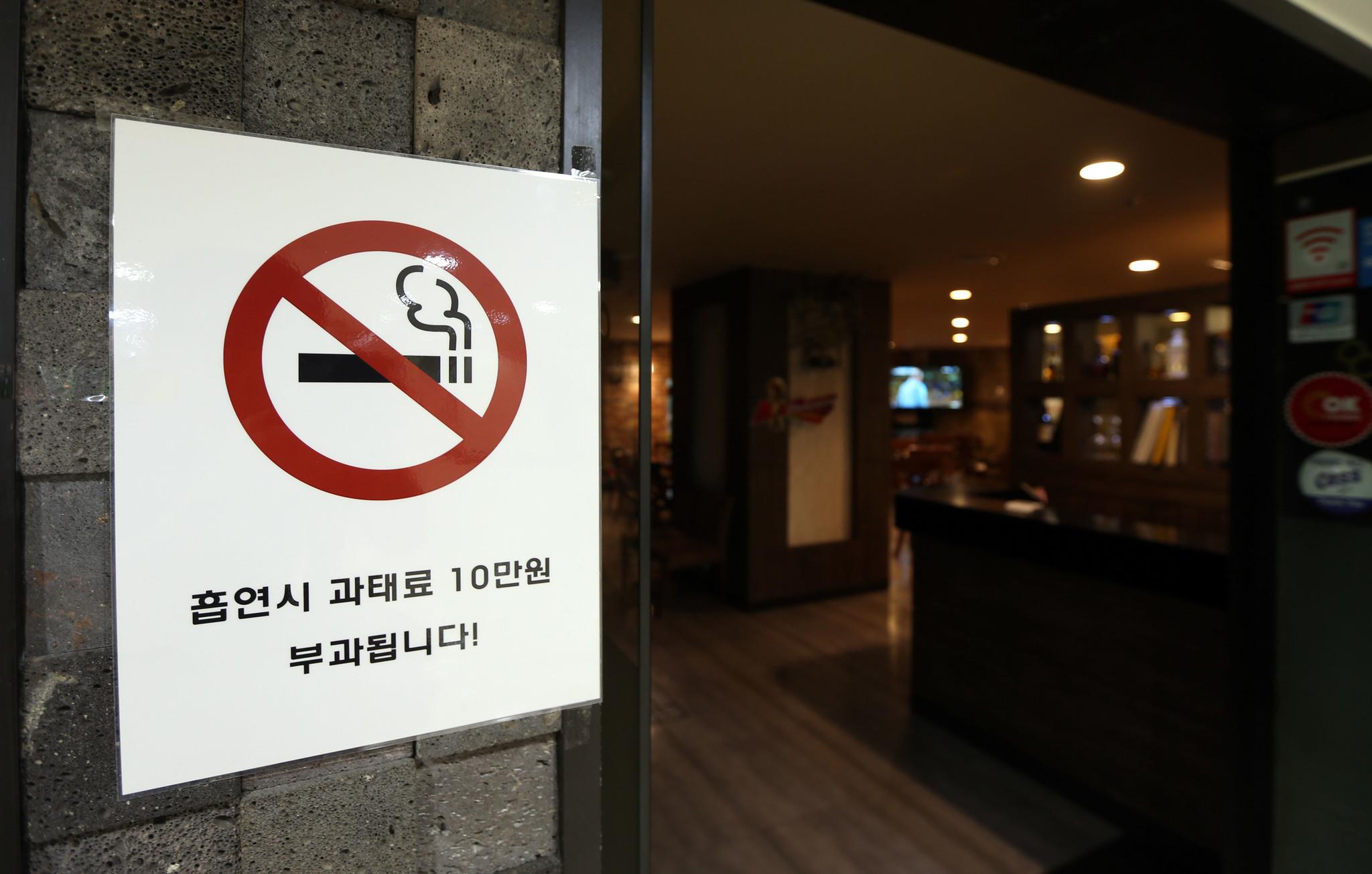 실내 흡연실을 설치해도 간접흡연 위험이 큰 것으로 나타났다. [중앙포토]