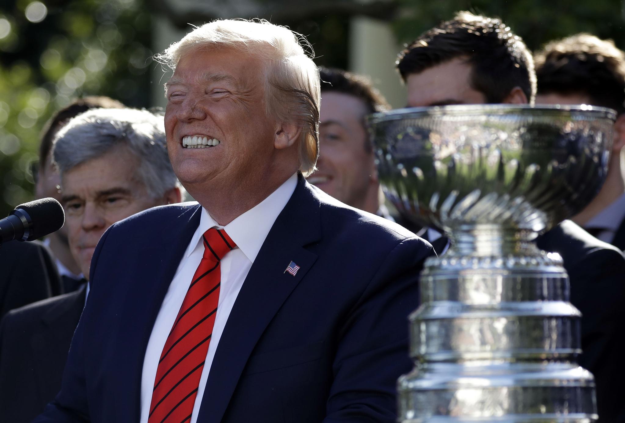도널드 트럼프 미국 대통령이 15일(현지시간) 워싱턴 D.C. 백악관 로즈가든에서 열린 올해 북미아이스하키리그(NHL) 스탠리컵 우승팀 초청행사에 참석해 발언 중 자신의 치아를 드러내 보이며 웃고 있다. [AP=연합뉴스]