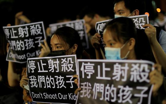 홍콩 정부의 '복면금지법' 시행에 반발해 시위에 나선 홍콩 시민들. [로이터=연합뉴스]