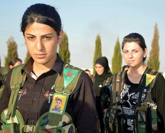 쿠르드족 여성 민병대인 여성수호부대(YPJ) 소속 전투원. 중앙정부로부터 자치를 선언한 시리아 쿠르드족은 중동에선 드물게 남녀평등과 민주주의, 친환경을 추구한다. YPJ와 시리아 쿠르드족 민병대인 인민수호부댜(YPG)는 시리아 파병 미군과 함께 중동 극단주의 무장세력인 이슬람국(IS) 격퇴에 기여했다. [사진 위키피디아]