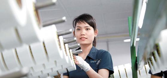 효성은 베트남 동나이성 연짝 공단에 베트남법인과 동나이법인을 두고 있다. 축구장 90개 크기인 120만㎡ 부지에서 스판덱스·타 이어코드·스틸코드 등 핵심 제품을 생산한다. 효성 베트남 공장의 직원이 스판덱스 제품의 품질을 확인하고 있다. [사진 효성그룹]