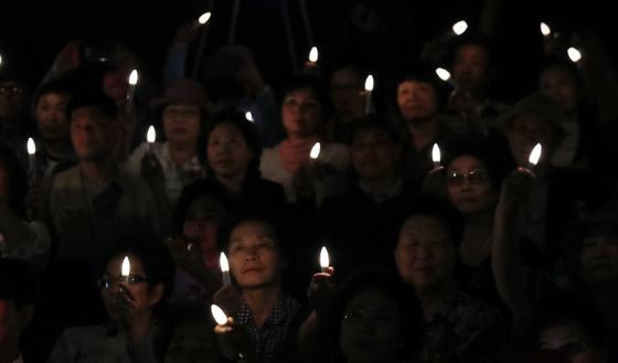 지난 5월 24일 오후 서울 중구 페러타워에서 열린 제13회 실종아동의 날 행사에서 참석자들이 LED 촛불을 들고 공동 메시지 선포식 퍼포먼스를 하고 있다. [연합뉴스]