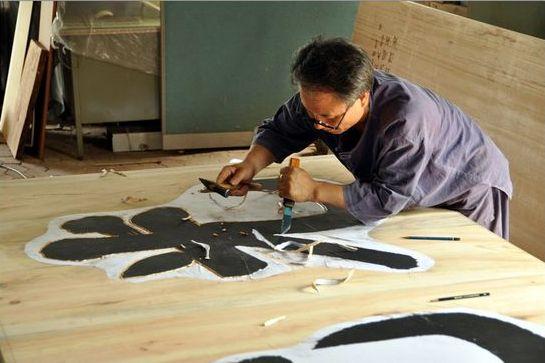 나무 등에 글자나 문양을 새기는 전통공예 각자장 장인 김각한씨 [사진 이정은]