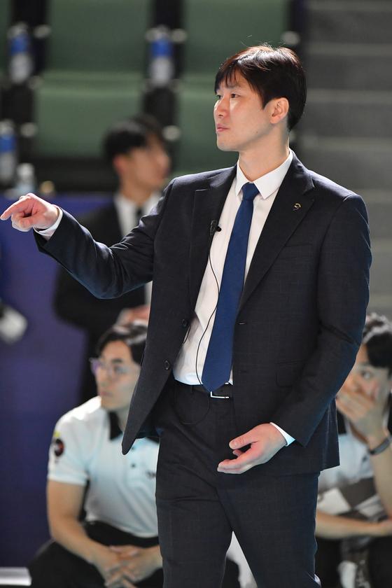 16일 대전에서 열린 삼성화재와 경기에서 작전을 지시하는 석진욱 OK저축은행 감독. [사진 한국배구연맹]