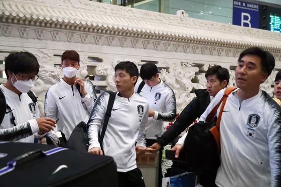 북한 평양에서 월드컵 2차예선을 치른 이강인(오른쪽 둘째) 등 축구국가대표팀이 16일 오후 중국 베이징 서우두 공항에 도착했다. [연합뉴스]