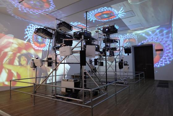 테이트 모던 백남준 회고전에 등장한 '시스틴 채플'. 1993년 베니스 비엔날레에서 선보인 작품으로, 26년 만에 재현됐다. [런던=연합뉴스]