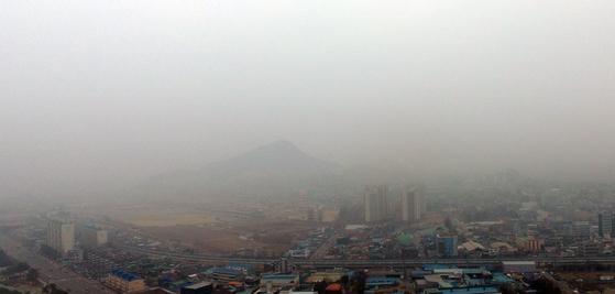 미세먼지 비상저감조치가 내려진 지난 3월 6일 강원 춘천시 도심 전경. [연합뉴스]