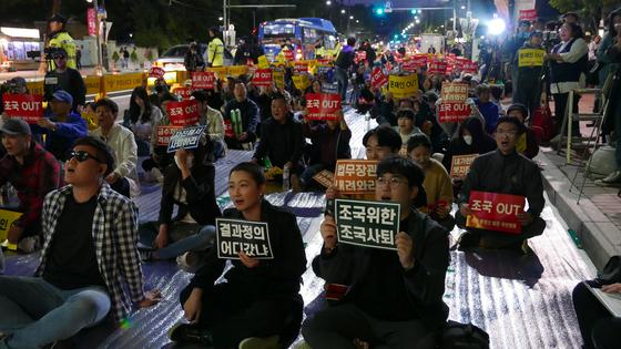 지난 12일 서울 종로구 대학로 마로니에 공원 앞 도로에서 열린 '조국 사퇴를 위한 전국 대학생연합 촛불집회'. [뉴스1]