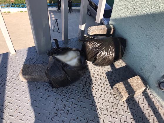 지난 16일 오후 찾은 제주시 노형동 모 명상수련원 건물 외부 계단 3층에 놓은 검은색 비닐봉지. 최충일 기자