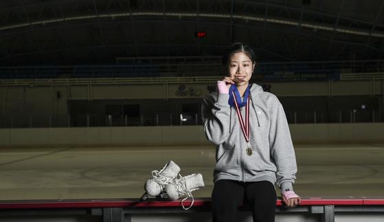 피겨 주니어 그랑프리 금메달을 깨무는 시늉을 하는 '제2의 김연아' 이해인. 김경록 기자