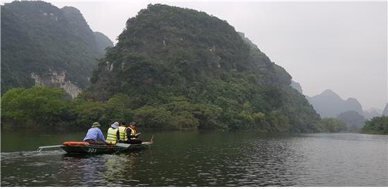 홍강에서 보트를 타고 짱안을 구경하는 관광객. [사진 조남대]