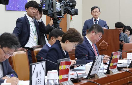 양승동 KBS사장이 17일 오전 국회에서 열린 과방위 국정감사에서 업무보고를 하고 있다. [연합뉴스]