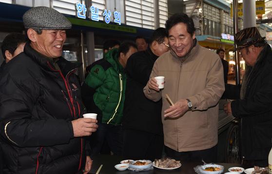 이낙연 국무총리가 지난 1월 19일 충남 홍성군 광천읍 광천시장을 찾아 상인 및 주민들과 막걸리를 마시며 대화하고 있다. [뉴스1]