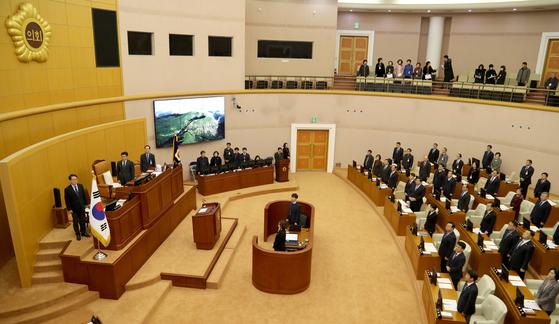 대전시의회 의원들이 의회 본회의장에서 국민의례를 하고 있다. [사진 대전시의회]