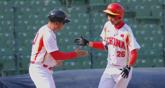 지난 14일 아시아야구선수권 한국전에서 홈런을 친 중국의 양진(오른쪽). [사진 아시아야구연맹]