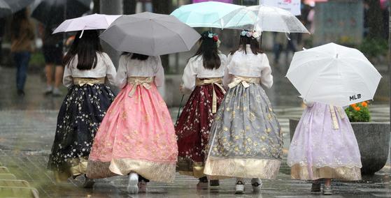 금요일인 18일 전국 곳곳에 가을비가 내리겠고, 주말인 19일엔 차차 개겠다. 가을비가 내린 지난 7일 전북 전주시 한옥마을 태조로에서 우산을 쓴 관광객들이 발걸음을 옮기고 있다. [뉴스1]