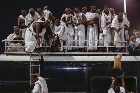 버스로 사우디의 이슬람 성지 메카에 도착하는 순례자들. [EPA=연합뉴스]