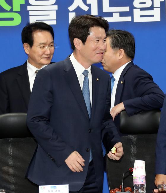 더불어민주당 충북 예산정책협의회가 17일 오후 국회 의원회관에서 열렸다. 이인영 원내대표가 먹던 대추를 자리에 놓으며 웃고 있다. 변선구 기자