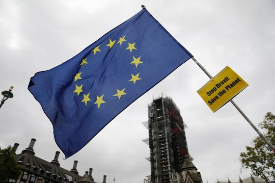 브렉시트 반대 깃발이 영국 의사당 앞에서 펄럭이고 있다. 존슨 합의안이 하원을 통과할 수 있을 지가 관건이다. [AFP=연합뉴스]