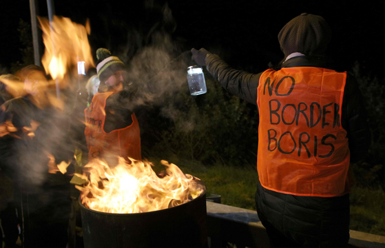 아일랜드와 북아일랜드 사이에 엄격한 국경이 부활해선 안 된다며 시위를 벌이고 있는 이들. [AFP=연합뉴스]